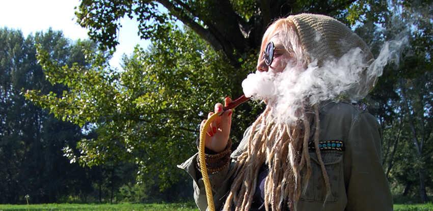 zena ktora fajci vodnu fajku v parku