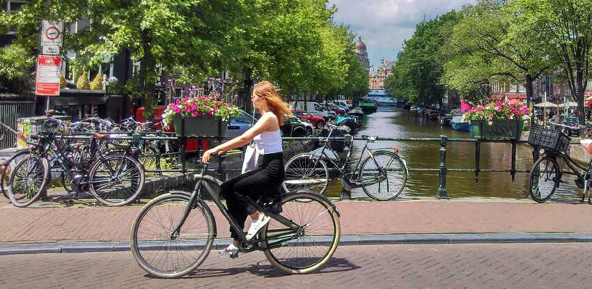 slečna na bicykli v amsterdame