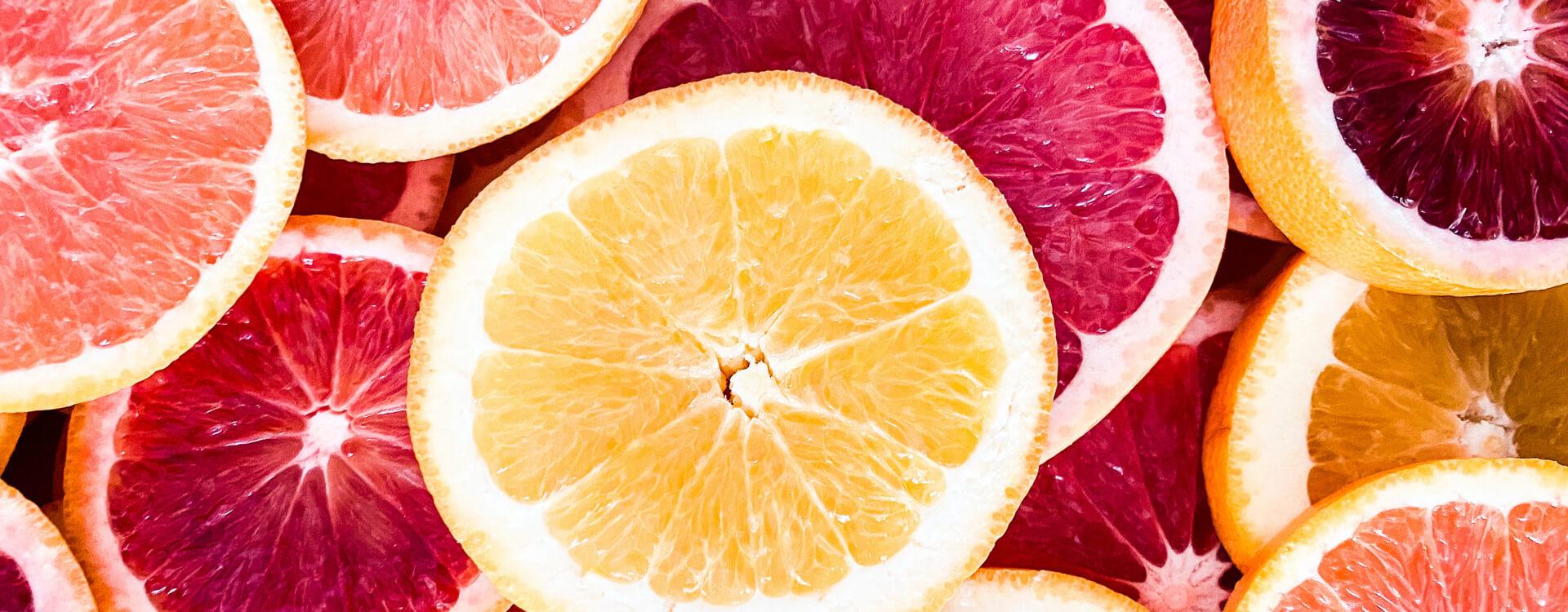 Ovocie: citrusové plody nakrájané na plátky, detail